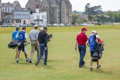 Mensen die golf spelen bij beroemde golfcursus St Andrews, Schotland Royalty-vrije Stock Afbeelding