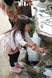 Mensen die hand met het wijwater voor Dazaifu-tenmangu wassen Royalty-vrije Stock Foto's