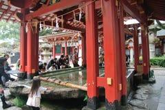 Mensen die hand met het wijwater voor Dazaifu-tenmangu wassen Stock Afbeelding