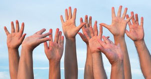 Mensen die handen omhoog opheffen stock video