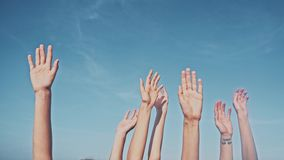 Mensen die handen op blauwe hemelachtergrond rasing Stemming, democratie of het aanmelden vanzich concept stock footage