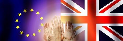 Mensen die handen op vlag het Verenigd Koninkrijk en Unie de achtergrond van Europa opheffen Brexitconcept royalty-vrije stock foto's