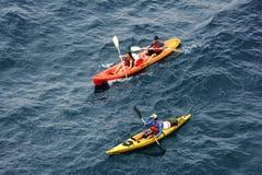 Mensen die in het Adriatische overzees, Kroatië kyaking royalty-vrije stock afbeelding