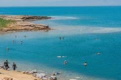 Mensen die het baden in dode overzees Jordanië zwemmen Stock Afbeeldingen