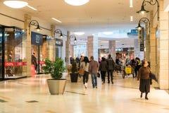 Mensen die in het Binnenland van het Luxewinkelcomplex winkelen Stock Foto's