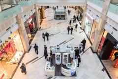 Mensen die in het Binnenland van het Luxewinkelcomplex winkelen Stock Fotografie