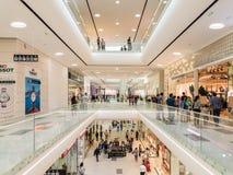 Mensen die in het Binnenland van het Luxewinkelcomplex winkelen Royalty-vrije Stock Afbeelding
