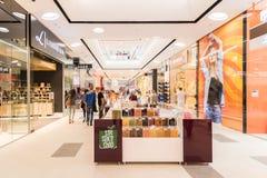 Mensen die in het Binnenland van het Luxewinkelcomplex winkelen Stock Foto