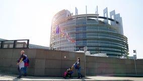 Mensen die het Europees Parlement Straatsburg lopen stock footage
