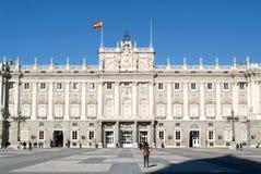 Mensen die het koninklijke paleis van Madrid op Spanje bezoeken Stock Foto's