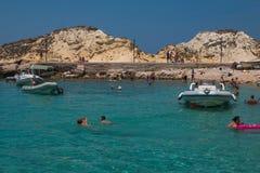 Mensen die in het mooie overzees van Tremiti-eilanden zwemmen Royalty-vrije Stock Foto's
