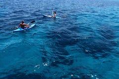 Mensen die in het overzees in Ayia Napa, Cyprus kayaking royalty-vrije stock fotografie