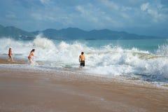 Mensen die in het overzees bij het strand van Nha zwemmen Trang Het grote toeristenstrand van Vietnam Royalty-vrije Stock Foto