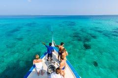 Mensen die het overzees van houten boot Dhoni in het eiland van de Maldiven, tropische aardachtergrond bekijken stock afbeeldingen