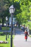 Mensen die in het park op een zonnige dag lopen stock foto