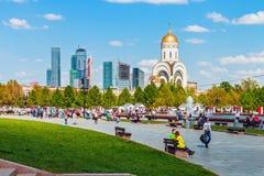 Mensen die in het park van Overwinning in Moskou lopen Stock Afbeeldingen
