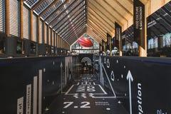 Mensen die het paviljoen van België bezoeken in Expo 2015 in Mialn, Italië royalty-vrije stock foto
