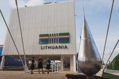 Mensen die het paviljoen van Litouwen bezoeken in Expo 2015 in Mialn, Italië royalty-vrije stock afbeelding