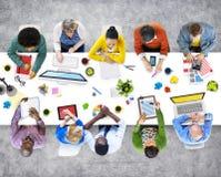 Mensen die in het van de Bureaufoto's en Illustratie Concept werken Stock Afbeeldingen