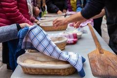 Mensen die hun brood bewonderen alvorens zij in de broodoven worden geplaatst stock afbeelding