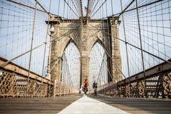 Mensen die hun fietsen berijden op de Brug van Brooklyn stock foto's