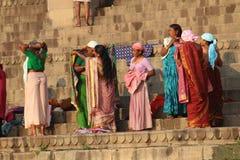 Mensen die hun kleren in de Rivier van Ganges, Varanasi, India wassen Stock Foto's
