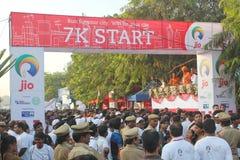 Mensen die, Hyderabad 10K Looppasgebeurtenis, India verzamelen zich Royalty-vrije Stock Foto