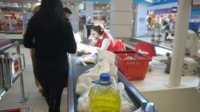 Mensen die in hypermarket winkelen stock footage