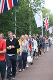 Mensen die ingaand Olympics faciliteiten queeing Stock Foto