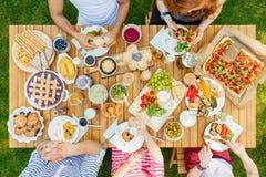 Mensen die Italiaans diner eten royalty-vrije stock afbeelding