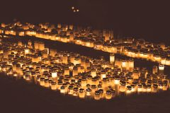 Mensen die kaarsen in de Kalevankangas-begraafplaats in Tampere aansteken Stock Foto