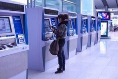 Mensen die kaartjes automatische machine kopen Stock Afbeelding