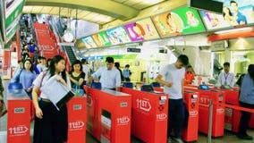 Mensen die kaartjesbarrière gebruiken bij metro, Bangkok, Thailand - 20 April 2017 stock footage