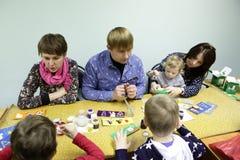Mensen die Kerstmisspeelgoed schilderen Royalty-vrije Stock Afbeelding