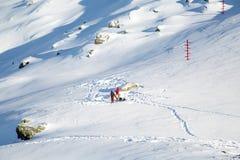 Mensen die klaar voor de route van de de winterberg worden Royalty-vrije Stock Foto