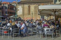 Mensen die koffie drinken bij een openluchtterras in Venetië Stock Afbeeldingen