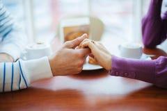 Mensen die koffie drinken Close-uphanden met Koppen Stock Afbeelding