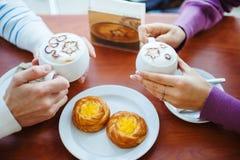 Mensen die koffie drinken Close-uphanden met Koppen Royalty-vrije Stock Fotografie