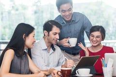 4 mensen die in koffie samenkomen winkelen, bedrijfs toevallige conceptueel stock foto