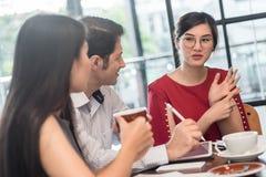 3 mensen die in koffie samenkomen winkelen, bedrijfs toevallige conceptueel royalty-vrije stock afbeelding