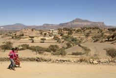 Mensen die in landelijk Ethiopië lopen royalty-vrije stock afbeelding