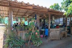 Mensen die in landelijk Thais restaurant dineren Stock Foto's