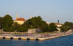 Mensen die langs Adriatische overzees lopen Royalty-vrije Stock Afbeelding
