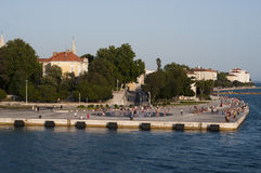 Mensen die langs Adriatische overzees lopen Stock Foto's