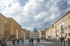 Mensen die langs beroemd via della Conciliazione met de Heilige Peter Basilica in de afstand lopen stock fotografie