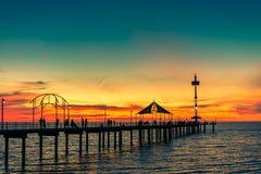 Mensen die langs Brighton Jetty bij zonsondergang lopen Royalty-vrije Stock Foto