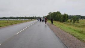 Mensen die langs de weg lopen stock footage