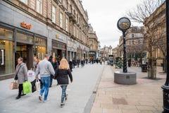 Mensen die langs een VoetdieStraat lopen met Winkels en Restaurant in de Stadscentrum van Dundee wordt gevoerd stock afbeeldingen