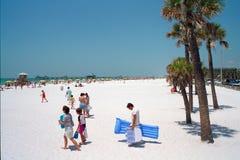 Mensen die langs strand lopen Royalty-vrije Stock Afbeeldingen