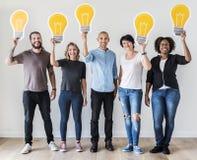 Mensen die lightbulb pictogrammen samen houden stock foto's